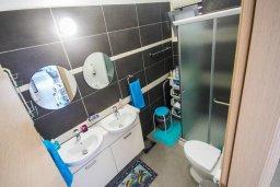 Ванная комната. Кипр, Пернера Тринити : Потрясающий апартамент на побережье, с 2-мя спальнями, с меблированной верандой и панорамным видом на море