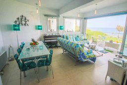 Гостиная. Кипр, Пернера Тринити : Потрясающий апартамент на побережье, с 2-мя спальнями, с меблированной верандой и панорамным видом на море