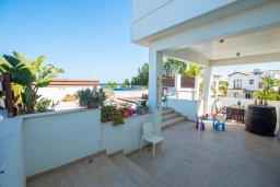 Терраса. Кипр, Коннос Бэй : Роскошная вилла с видом на Средиземное море, с 4-мя спальнями, с бассейном, в окружении зелёного сада, солнечной террасой с патио и барбекю, расположена в 700 метрах от пляжа Konnos Bay Beach