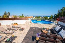 Зона отдыха у бассейна. Кипр, Коннос Бэй : Роскошная вилла с видом на Средиземное море, с 4-мя спальнями, с бассейном, в окружении зелёного сада, солнечной террасой с патио и барбекю, расположена в 700 метрах от пляжа Konnos Bay Beach