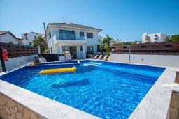 Вид на виллу/дом снаружи. Кипр, Коннос Бэй : Роскошная вилла с видом на Средиземное море, с 4-мя спальнями, с бассейном, в окружении зелёного сада, солнечной террасой с патио и барбекю, расположена в 700 метрах от пляжа Konnos Bay Beach