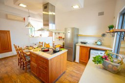 Кухня. Кипр, Коннос Бэй : Роскошная вилла с видом на Средиземное море, с 4-мя спальнями, с бассейном, в окружении зелёного сада, солнечной террасой с патио и барбекю, расположена в 700 метрах от пляжа Konnos Bay Beach