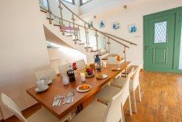 Обеденная зона. Кипр, Коннос Бэй : Роскошная вилла с видом на Средиземное море, с 4-мя спальнями, с бассейном, в окружении зелёного сада, солнечной террасой с патио и барбекю, расположена в 700 метрах от пляжа Konnos Bay Beach