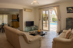 Гостиная. Кипр, Корал Бэй : Потрясающая вилла с 4-мя спальнями, с большим бассейном, с прекрасным зелёным садом с патио и барбекю, расположена недалеко от пляжа