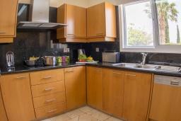 Кухня. Кипр, Корал Бэй : Потрясающая вилла с 4-мя спальнями, с большим бассейном, с прекрасным зелёным садом с патио и барбекю, расположена недалеко от пляжа