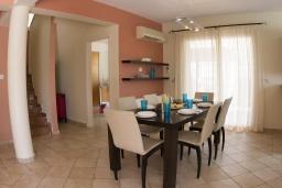 Обеденная зона. Кипр, Корал Бэй : Потрясающая вилла с 4-мя спальнями, с большим бассейном, с прекрасным зелёным садом с патио и барбекю, расположена недалеко от пляжа