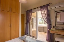 Спальня. Кипр, Корал Бэй : Потрясающая вилла с 4-мя спальнями, с большим бассейном, с прекрасным зелёным садом с патио и барбекю, расположена недалеко от пляжа