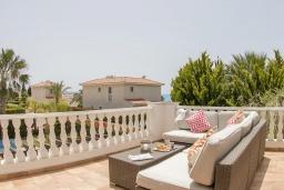 Балкон. Кипр, Корал Бэй : Потрясающая вилла с 4-мя спальнями, с большим бассейном, с прекрасным зелёным садом с патио и барбекю, расположена недалеко от пляжа