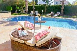 Зона отдыха у бассейна. Кипр, Корал Бэй : Потрясающая вилла с 4-мя спальнями, с большим бассейном, с прекрасным зелёным садом с патио и барбекю, расположена недалеко от пляжа