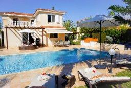 Вид на виллу/дом снаружи. Кипр, Корал Бэй : Потрясающая вилла с 4-мя спальнями, с большим бассейном, с прекрасным зелёным садом с патио и барбекю, расположена недалеко от пляжа