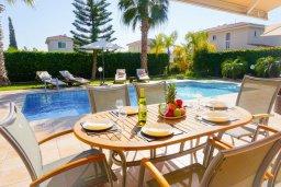 Терраса. Кипр, Корал Бэй : Потрясающая вилла с 4-мя спальнями, с большим бассейном, с прекрасным зелёным садом с патио и барбекю, расположена недалеко от пляжа