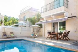 Вид на виллу/дом снаружи. Кипр, Каво Марис Протарас : Шикарная вилла с 3-мя спальнями, 3-мя ванными комнатами, с бассейном и зелёным двориком с барбекю
