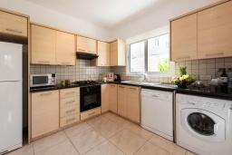 Кухня. Кипр, Каво Марис Протарас : Шикарная вилла с 3-мя спальнями, 3-мя ванными комнатами, с бассейном и зелёным двориком с барбекю