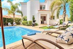 Зона отдыха у бассейна. Кипр, Корал Бэй : Прекрасная вилла с 3-мя спальнями, с бассейном, зелёным двориком и солнечной террасой с патио