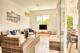 Гостиная. Кипр, Корал Бэй : Прекрасная вилла с 3-мя спальнями, с бассейном, зелёным двориком и солнечной террасой с патио