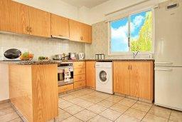 Кухня. Кипр, Корал Бэй : Прекрасная вилла с 3-мя спальнями, с бассейном, зелёным двориком и солнечной террасой с патио