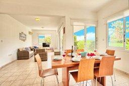Обеденная зона. Кипр, Корал Бэй : Прекрасная вилла с 3-мя спальнями, с бассейном, зелёным двориком и солнечной террасой с патио
