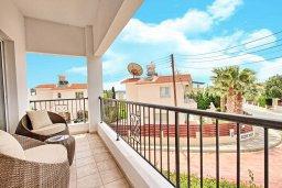 Балкон. Кипр, Корал Бэй : Прекрасная вилла с 3-мя спальнями, с бассейном, зелёным двориком и солнечной террасой с патио