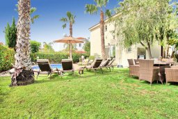 Зона отдыха у бассейна. Кипр, Корал Бэй : Роскошная вилла с 4-мя спальнями, с бассейном, с красивым зелёным садом с солнечной террасой и барбекю