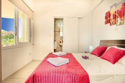 Спальня. Кипр, Корал Бэй : Роскошная вилла с 4-мя спальнями, с бассейном, с красивым зелёным садом с солнечной террасой и барбекю