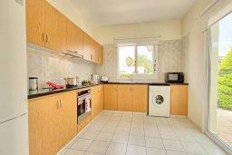 Кухня. Кипр, Корал Бэй : Роскошная вилла с 4-мя спальнями, с бассейном, с красивым зелёным садом с солнечной террасой и барбекю