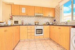 Кухня. Кипр, Корал Бэй : Уютная вилла с 2-мя спальнями, с бассейном и зелёным двориком с барбекю, расположена в тихом районе Coral Bay