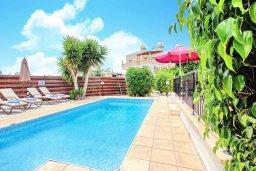 Бассейн. Кипр, Корал Бэй : Уютная вилла с 2-мя спальнями, с бассейном и зелёным двориком с барбекю, расположена в тихом районе Coral Bay