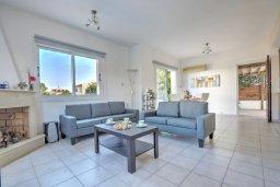Гостиная. Кипр, Санрайз Протарас : Уютная красивая вилла с 2-мя спальнями, с бассейном и пышным зелёным садом с патио и барбекю