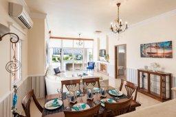 Обеденная зона. Кипр, Корал Бэй : Роскошная вилла на побережье Coral Bay с потрясающим видом на море, с 3-мя спальнями, с бассейном, солнечной террасой и барбекю