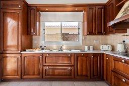 Кухня. Кипр, Корал Бэй : Роскошная вилла на побережье Coral Bay с потрясающим видом на море, с 3-мя спальнями, с бассейном, солнечной террасой и барбекю