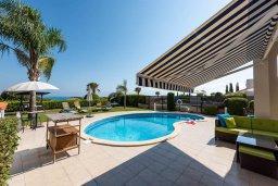 Бассейн. Кипр, Корал Бэй : Роскошная вилла на побережье Coral Bay с потрясающим видом на море, с 3-мя спальнями, с бассейном, солнечной террасой и барбекю