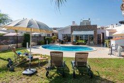 Вид на виллу/дом снаружи. Кипр, Корал Бэй : Роскошная вилла на побережье Coral Bay с потрясающим видом на море, с 3-мя спальнями, с бассейном, солнечной террасой и барбекю