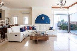 Гостиная. Кипр, Корал Бэй : Роскошная вилла на побережье Coral Bay с потрясающим видом на море, с 3-мя спальнями, с бассейном, солнечной террасой и барбекю
