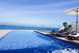 Бассейн. Кипр, Каппарис : Роскошная вилла рядом с пляжем, с шикарным видом на море, с 4-мя спальнями, с бассейном, патио и барбекю