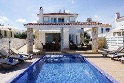 Вид на виллу/дом снаружи. Кипр, Каппарис : Роскошная вилла рядом с пляжем, с шикарным видом на море, с 4-мя спальнями, с бассейном, патио и барбекю