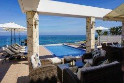 Терраса. Кипр, Каппарис : Роскошная вилла рядом с пляжем, с шикарным видом на море, с 4-мя спальнями, с бассейном, патио и барбекю