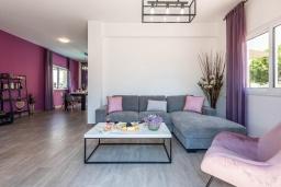 Гостиная. Кипр, Пернера : Уютная вилла с 3-мя спальнями, с бассейном с подогревом, патио и каменным барбекю,  расположена в самом сердце Пернеры
