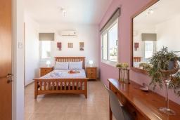Спальня. Кипр, Пернера : Уютная вилла с 3-мя спальнями, с бассейном с подогревом, патио и каменным барбекю,  расположена в самом сердце Пернеры