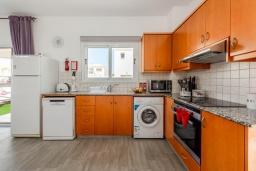 Кухня. Кипр, Пернера : Уютная вилла с 3-мя спальнями, с бассейном с подогревом, патио и каменным барбекю,  расположена в самом сердце Пернеры