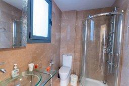 Ванная комната. Кипр, Ларнака город : Современный апартамент с отдельной спальней и балконом, расположен возле пляжа Phinikoudes beach