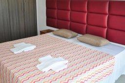 Спальня. Кипр, Каво Марис Протарас : Современный апартамент с шикарным видом на море, гостиной и отдельной спальней, расположен на набережной Протараса