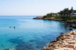 Ближайший пляж. Кипр, Фиг Три Бэй Протарас : Шикарный апартамент с прекрасным видом на Средиземное море, в 100 метрах от пляжа, с гостиной, отдельной спальней и балконом