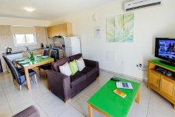 Гостиная. Кипр, Нисси Бич : Современный апартамент с гостиной, отдельной спальней и большой террасой