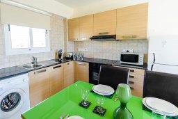 Кухня. Кипр, Нисси Бич : Современный апартамент с гостиной, отдельной спальней и большой террасой