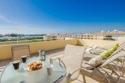 Терраса. Кипр, Нисси Бич : Современный апартамент с гостиной, отдельной спальней и большой террасой