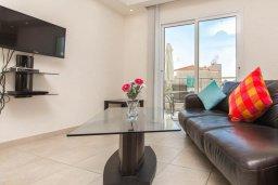 Гостиная. Кипр, Пернера : Роскошный апартамент с гостиной, двумя спальнями и балконом, в комплексе с общим бассейном