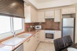 Кухня. Кипр, Пернера : Роскошный апартамент с гостиной, двумя спальнями и балконом, в комплексе с общим бассейном