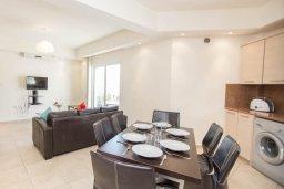 Обеденная зона. Кипр, Пернера : Роскошный апартамент с гостиной, двумя спальнями и балконом, в комплексе с общим бассейном