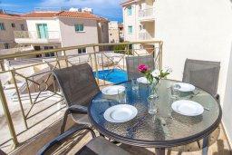 Балкон. Кипр, Пернера : Роскошный апартамент с гостиной, двумя спальнями и балконом, в комплексе с общим бассейном