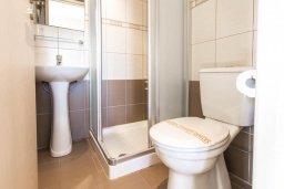 Ванная комната. Кипр, Пернера : Роскошный апартамент с гостиной, двумя спальнями и балконом, в комплексе с общим бассейном